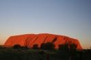 Uluru, święta góra Aborygenów, zmienia kolor w zależności od oświetlenia słonecznego